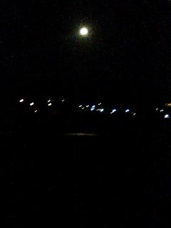 月と 北上川。